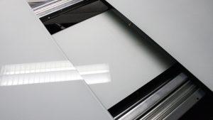 table-modulable-moly-design-verre-pied-alu-blanc-noir-laque-reglable